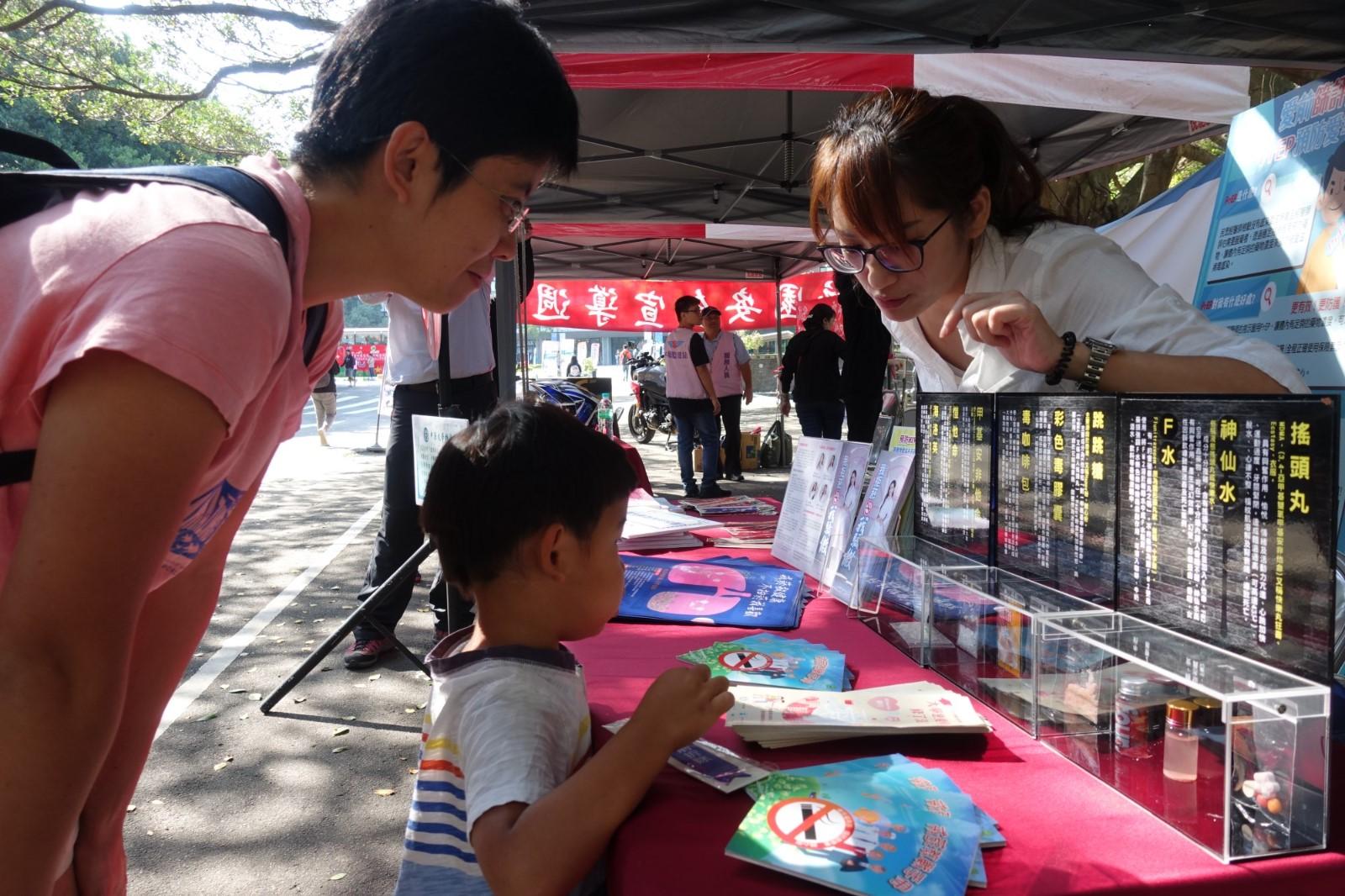 中原大學附近民眾帶著孩子參觀攤位,從小建立反毒的觀念。.jpg