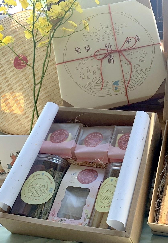 中原師生將竹霄社區習以為常的米食產業,變成具特色的米禮盒.jpg