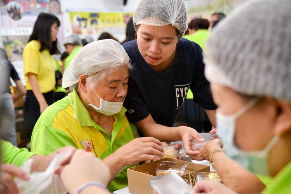 中原學生與竹霄社區媽媽們一起協力完成「樂福米禮盒」.jpg