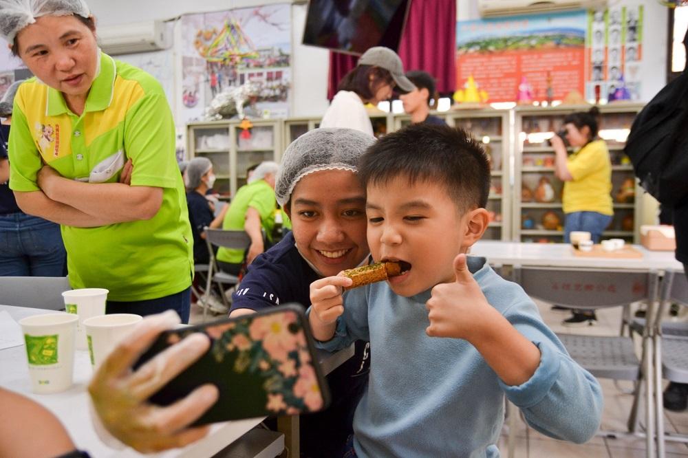中原大學師生與社區媽媽共同完成的米香卡拉棒是用在地稻米原料製作.jpg