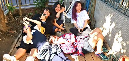 戶外組學生大都是東南亞籍華僑,對於多元文化十分瞭解,更能拉近學生與住民之間的感情。