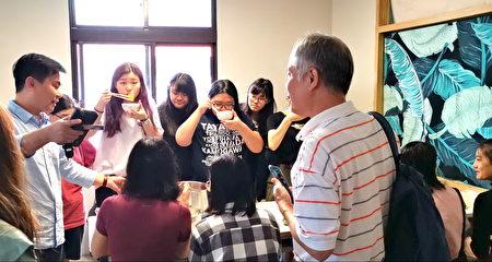 印尼華僑朱莉茵幫忙印尼風味餐點享用,讓學生回味想念家香味。
