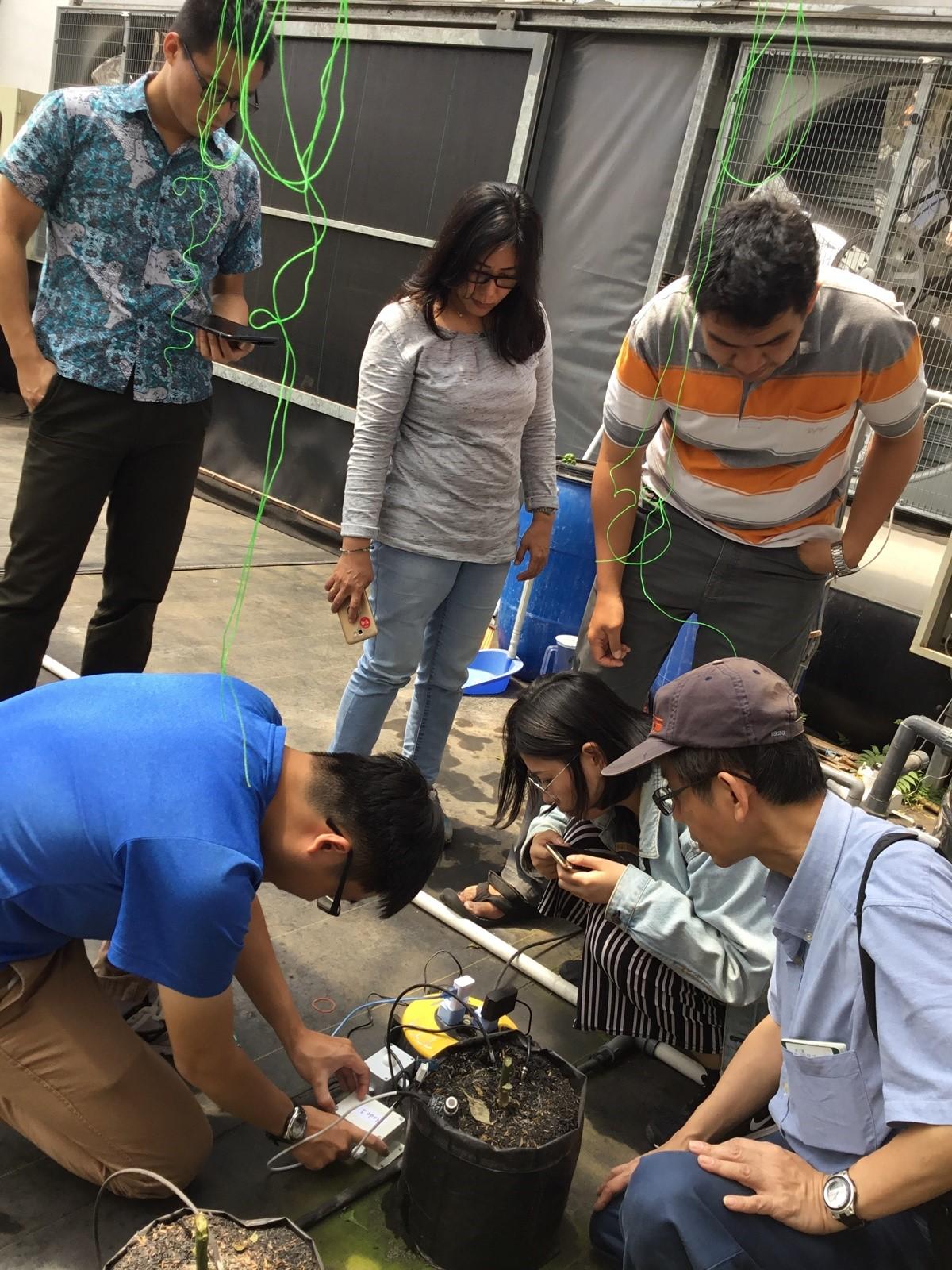 中原大學電子系鍾文耀老師(右一)協助印尼示範農場進行監控平台安裝及測試。.JPG