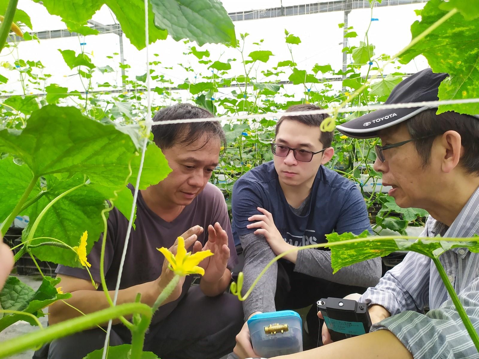 大溪寶穗農場主人藍先生(左)與鍾文耀老師(右)團隊討論物聯網農業監控之執行問題。.jpg