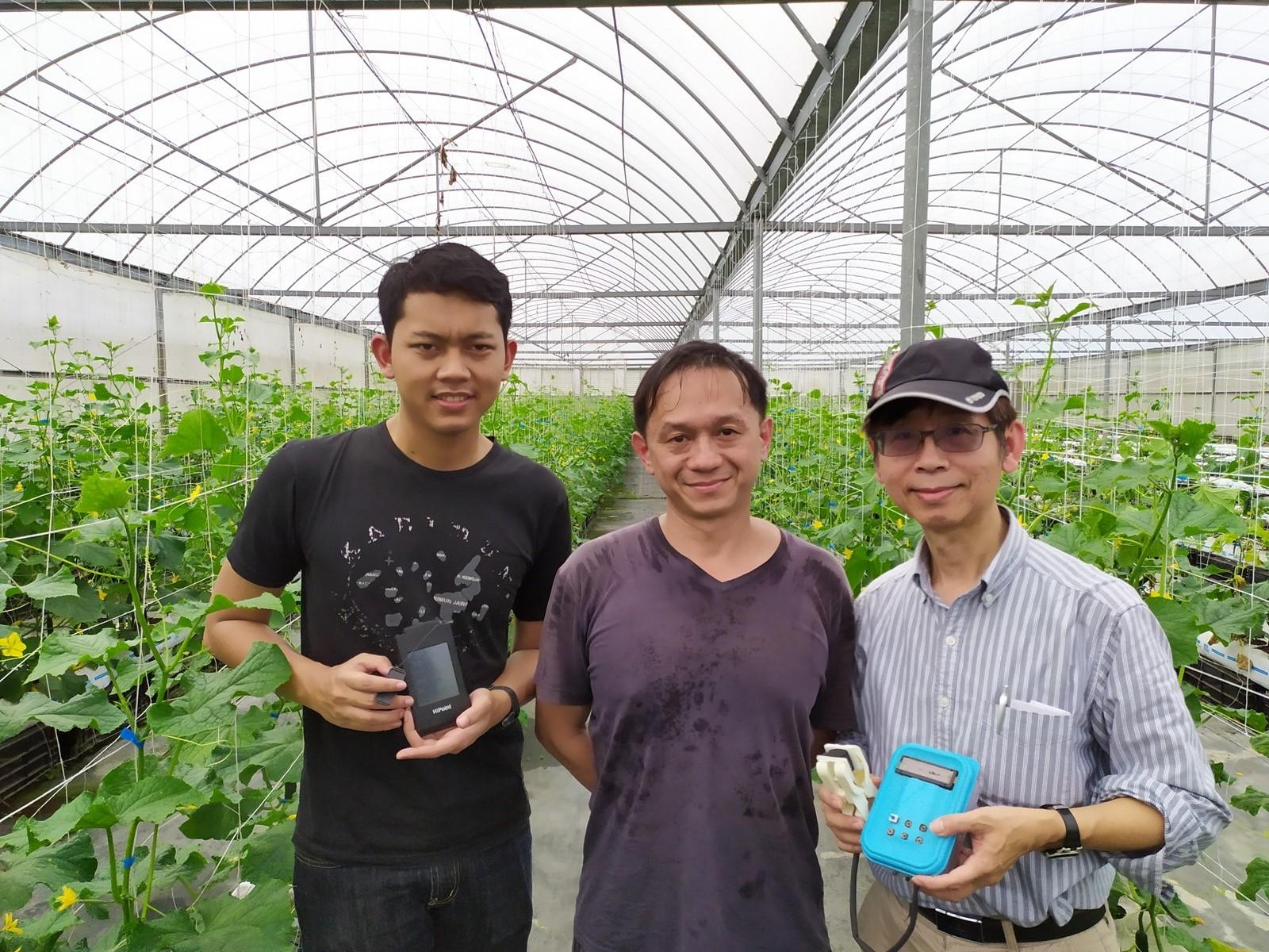 大溪寶穗農場提供溫室環境讓師生實作,農場主人藍先生(中)肯定鍾文耀(右)團隊的努力與用心。.jpg