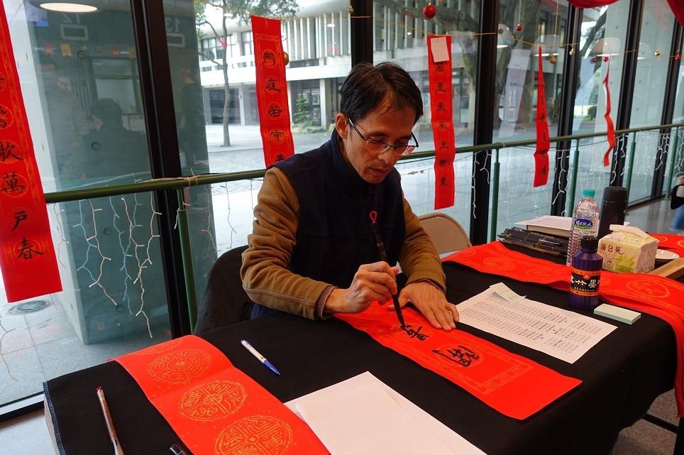 書法社指導老師林義程很高興到中原大學來傳承書法藝術及教育。.jpg