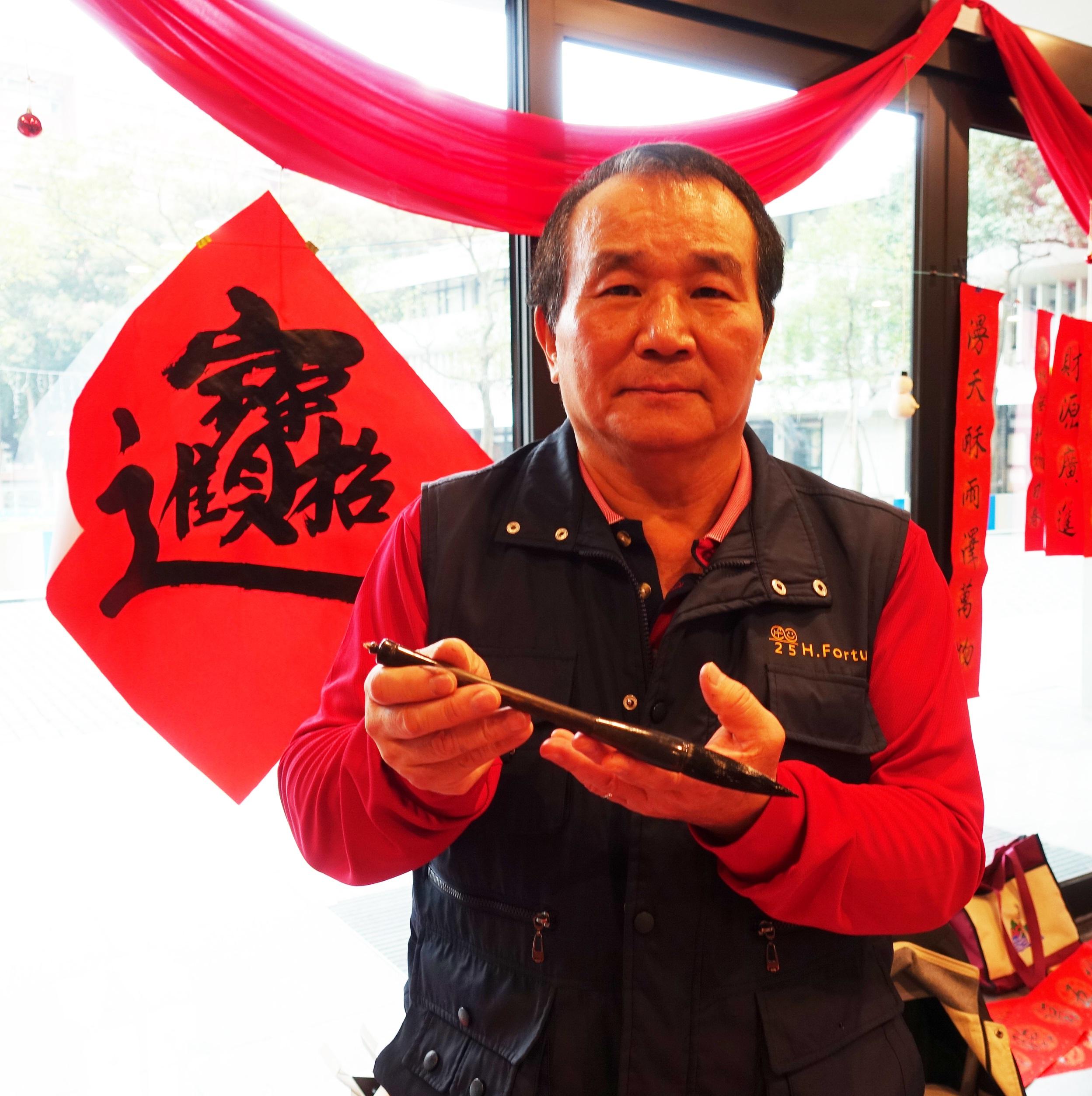 余章鈞校友手持其父親的毛筆,蘊含了傳承與動人的故事。.jpg