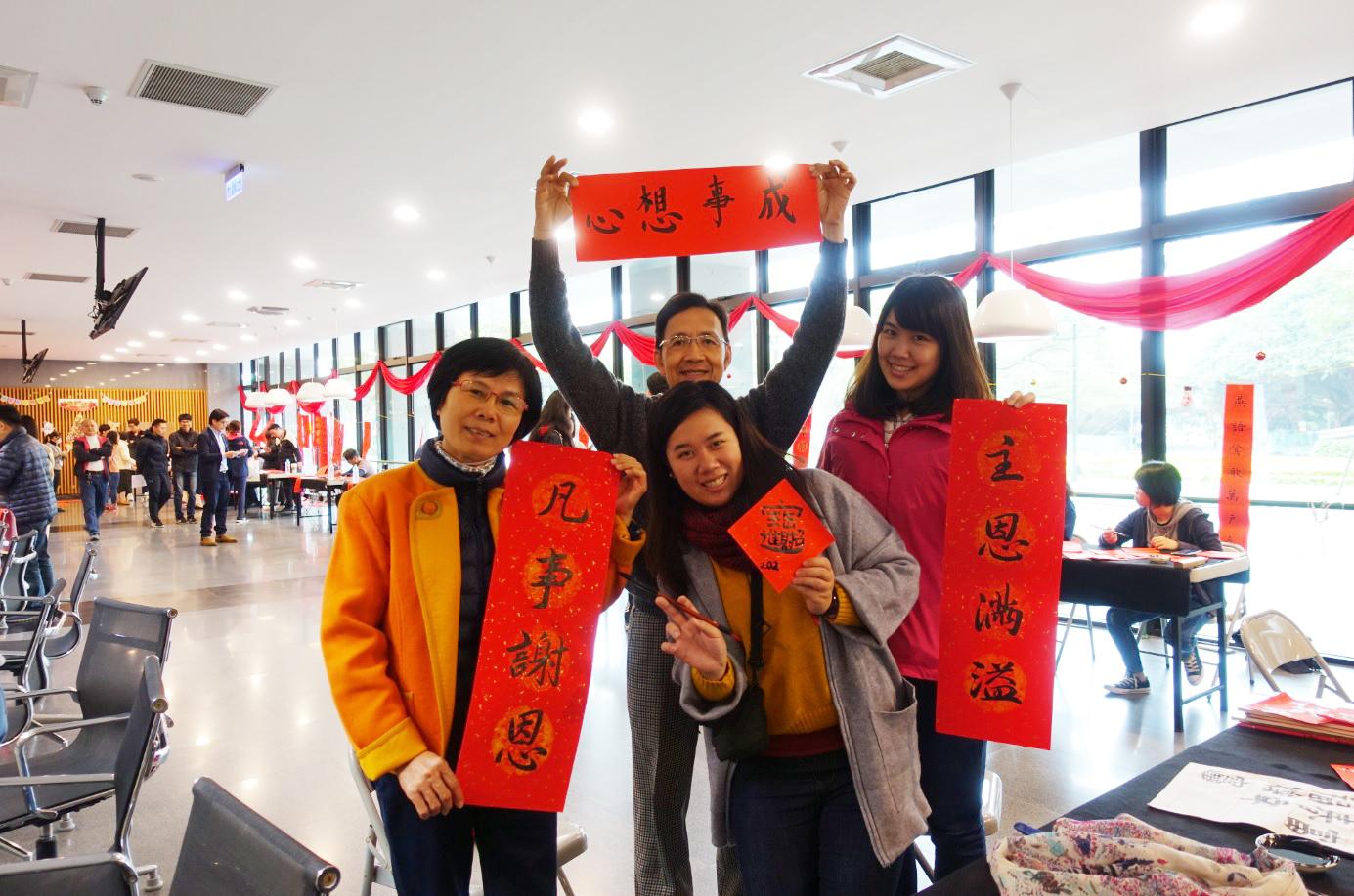 張文燦一家人路過中原,順便參加寫春聯活動,十分開心。.jpg
