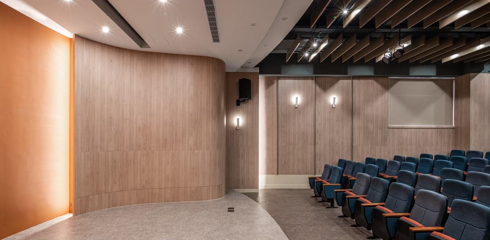 聯榮工學講堂講台壁面設計採圓潤的弧面,為特色之一。.jpg