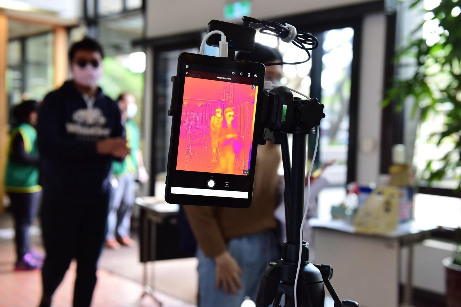 中原大學張靜愚紀念圖書館新增遠紅外線體溫測量器,加強校園防疫。.JPG