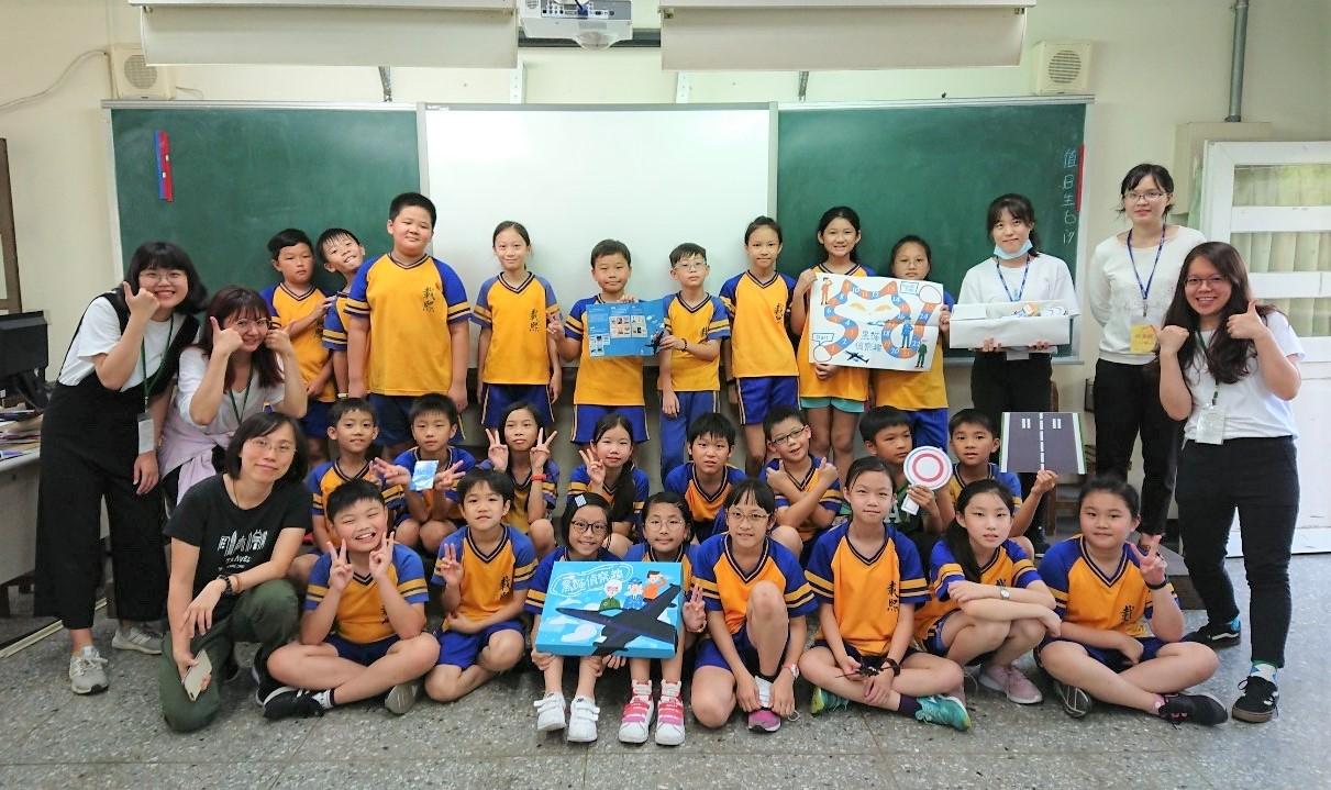 為了讓小學生更認識「黑貓中隊」的歷史,中原大學透過遊戲式學習與新竹載熙國小學生共學同樂.JPG