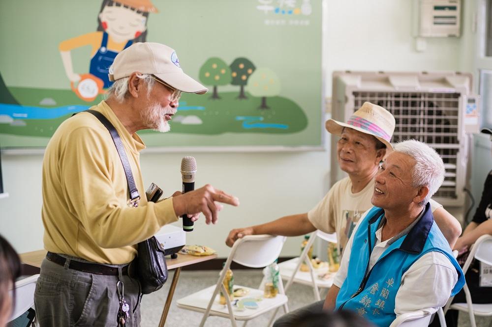 在當地深耕多年80多歲的咖啡達人鍾輝雄(圖左)希望運用自然農法愛護土地與人們的健康.jpg