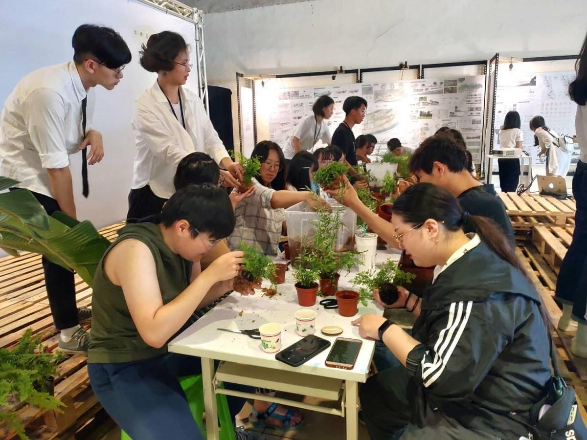 中原景觀畢業展的「苔球工作坊」讓民眾體驗兔腳蕨、鳳尾蕨、常春藤等植物栽種.jpg