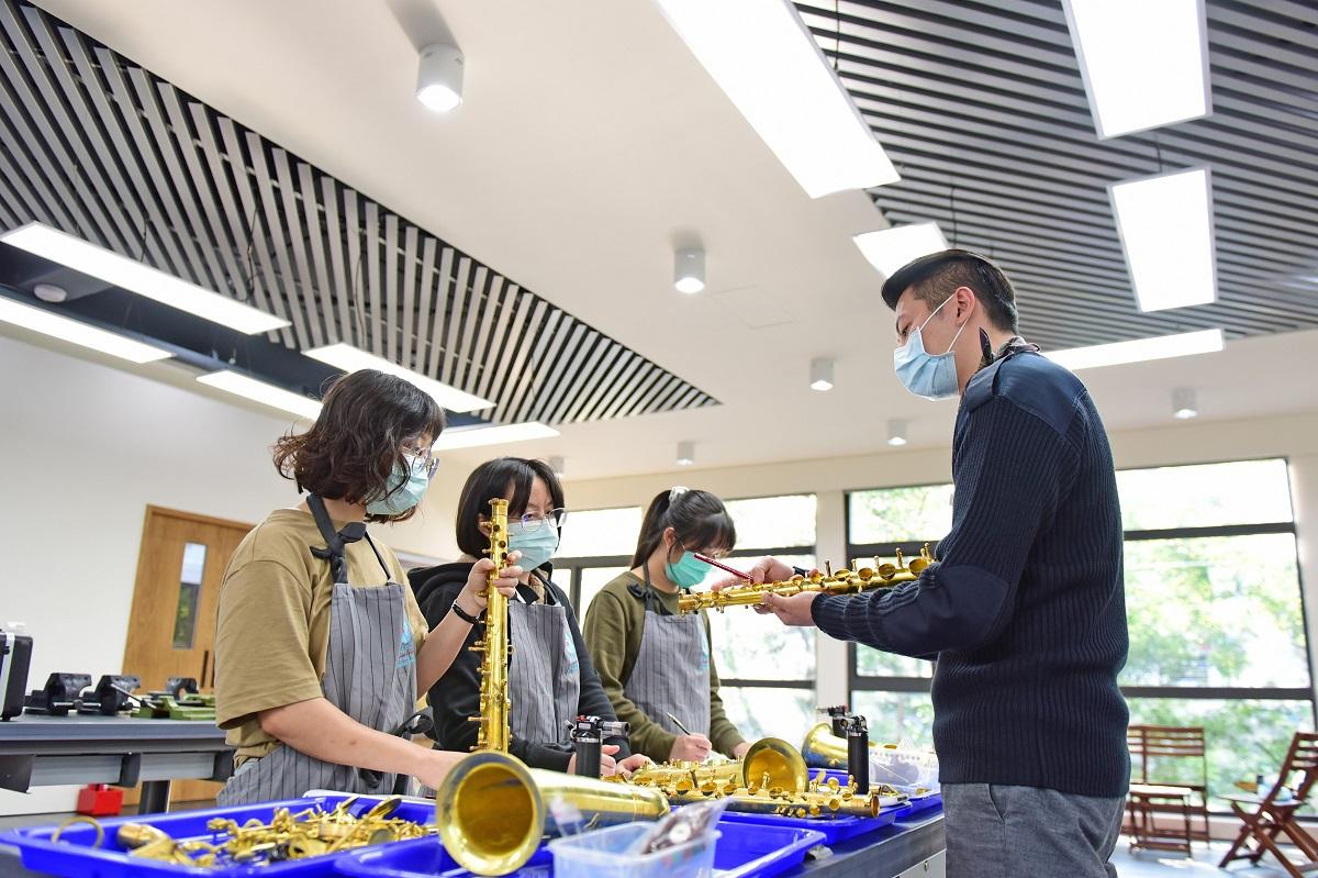 業師張寶成肯定中原大學創辦樂器學程的教育理念,親自到校授課.jpg