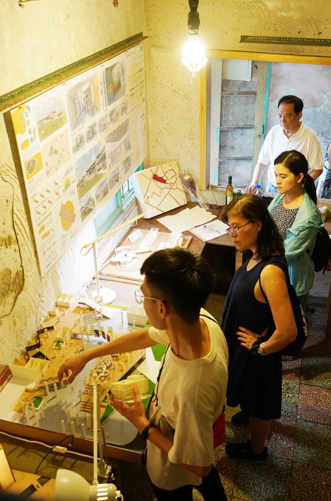 中原大學室內設計學系翁子軒向家人解說自己及許沅政同學共同創作的「文化再啟航」作品,其家人感到非常驕傲。.jpg