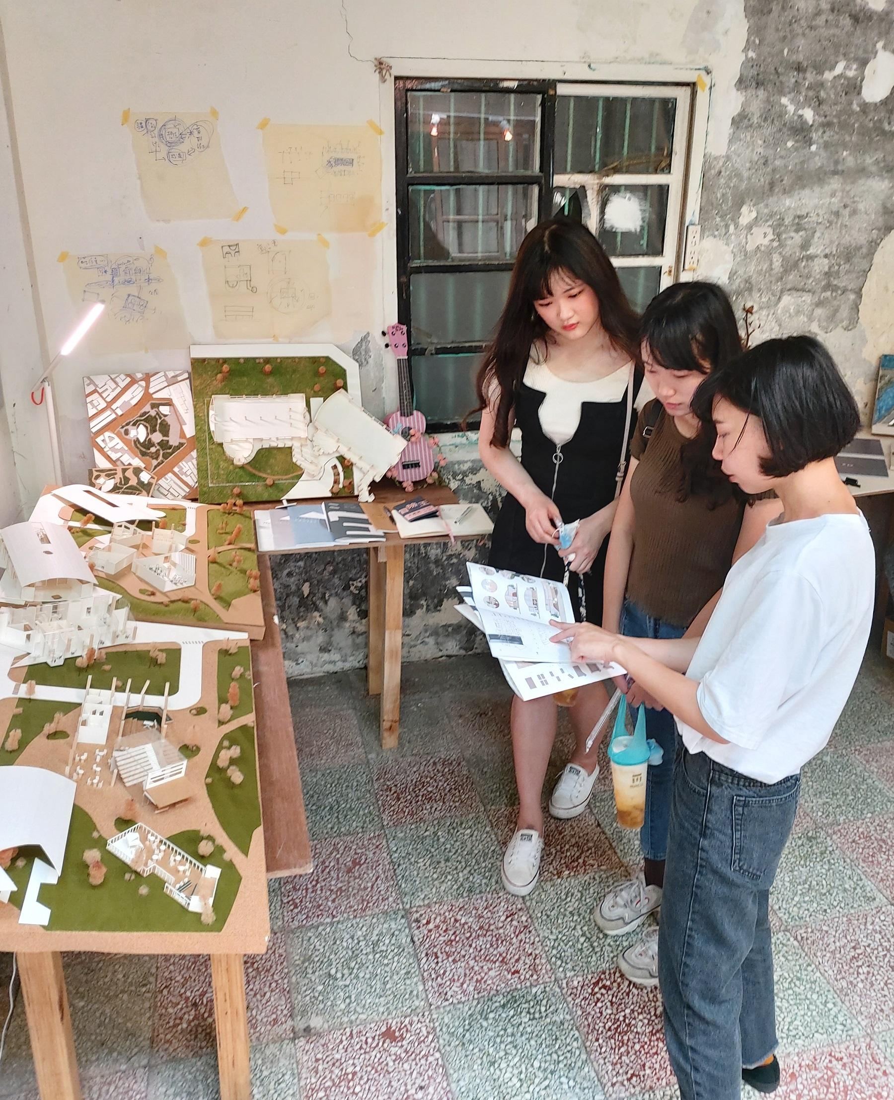 中原大學室內設計學系簡君璉向參觀者介紹「MUSIC CENTER」畢業作品的設計.jpg