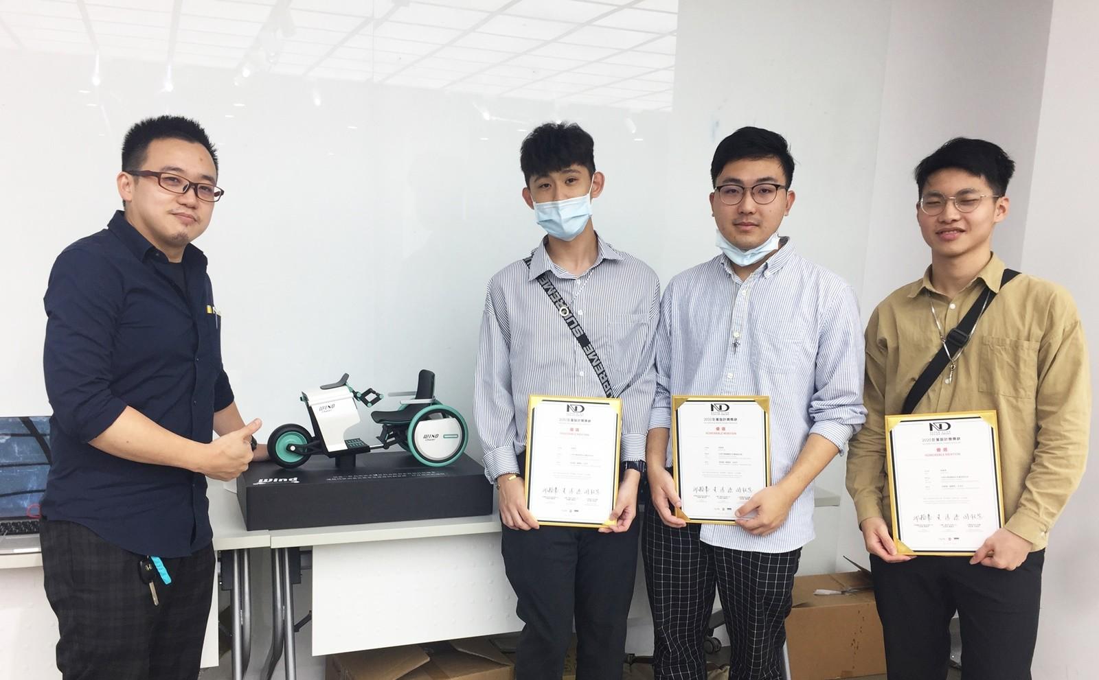 中原商設施昌甫老師(左)指導大一學生,為身障朋友設計拉風機車,獲「ND巨星設計獎」。.JPG