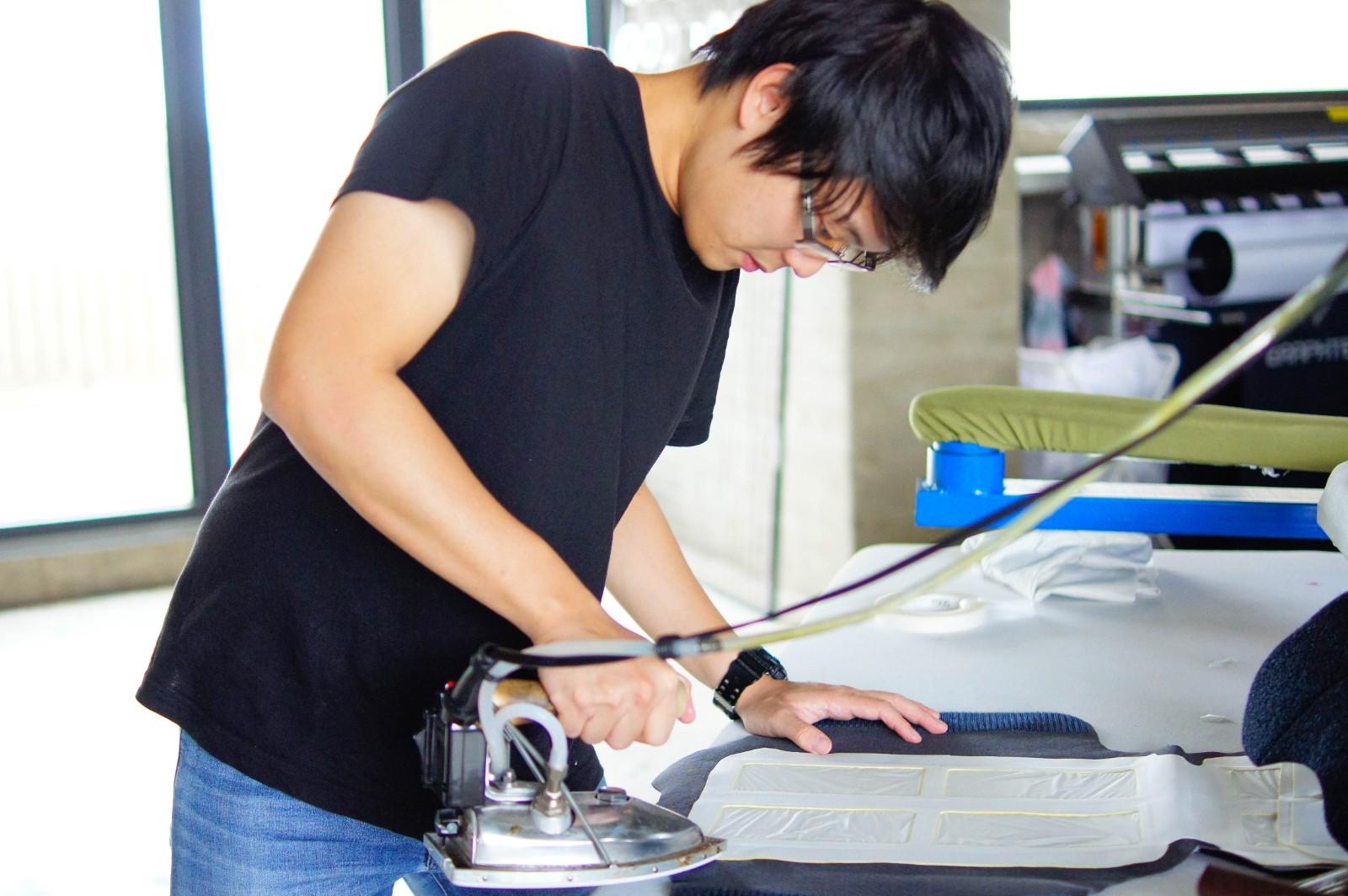 中原商設產品設計組王暄文等人設計製作「小烏龜光療衣」獲新一代設計產學合作金獎。.jpg