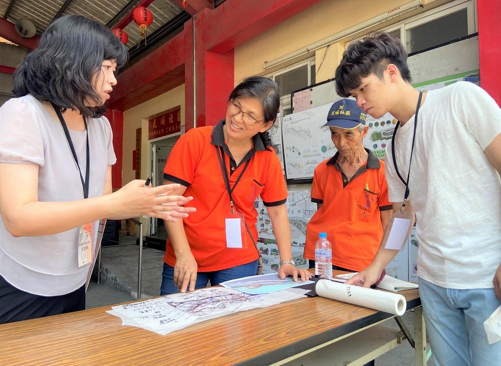 中原景觀系許宜佩老師(左1)帶領學生共同與瓦磘社區秘書長林惠美(左2)討論社區空間如何打造「開心農場」.JPG