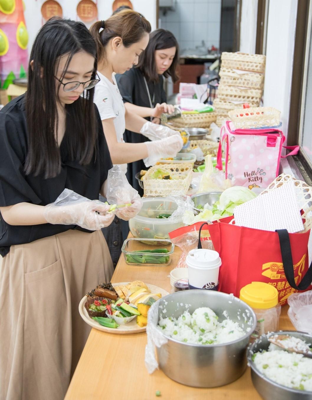 學生將所有料理進行再製與擺盤.jpg