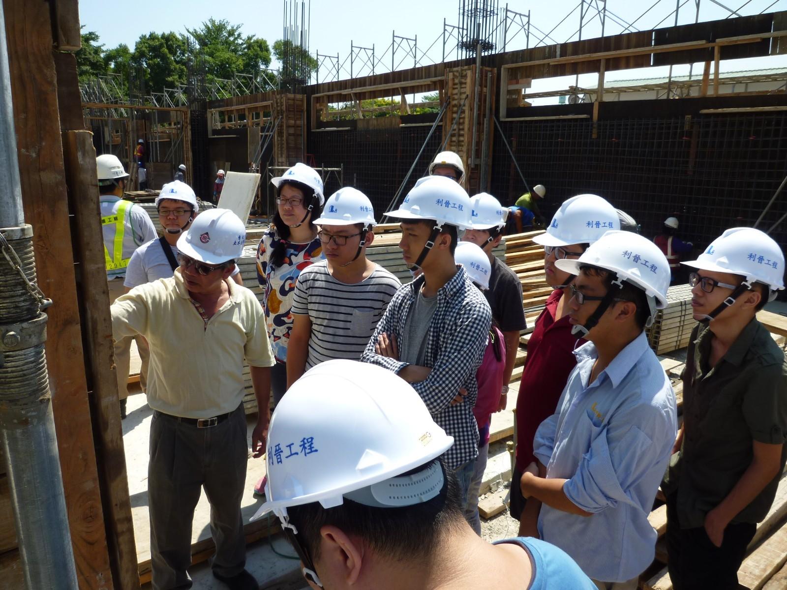 知行領航館施工期間,土木系老師安排學生現場教學。.JPG