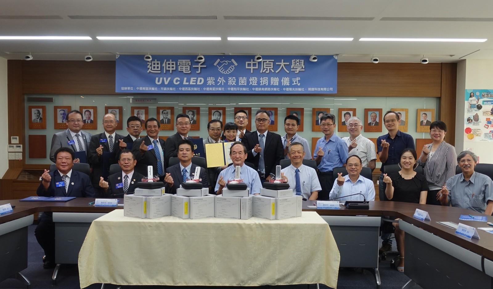 迪伸電子UVC LED紫外光殺菌燈捐贈儀式,與會人員合影留念。.JPG