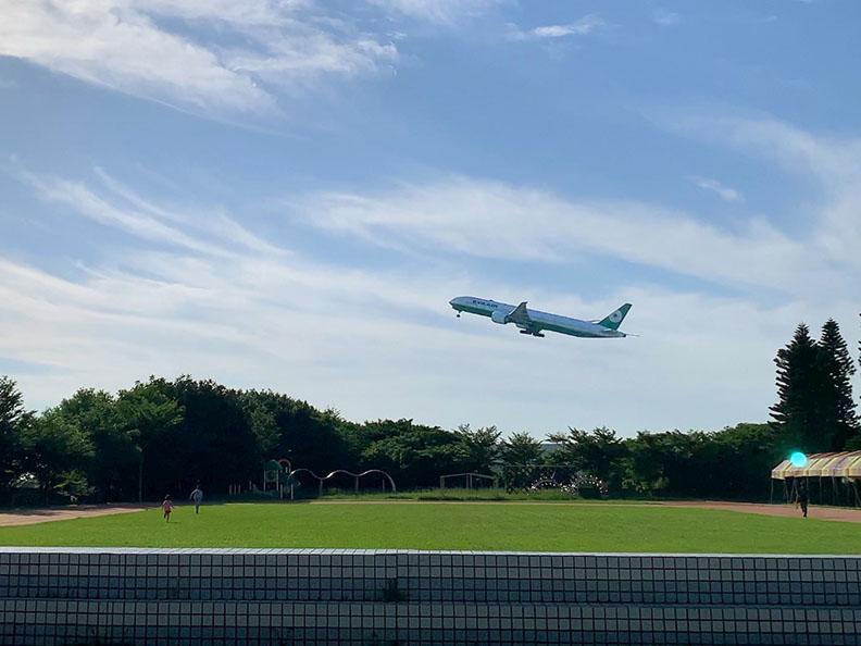 陳康國小一離世界最近的小學,整個校園的天空都是飛機飛航路線。