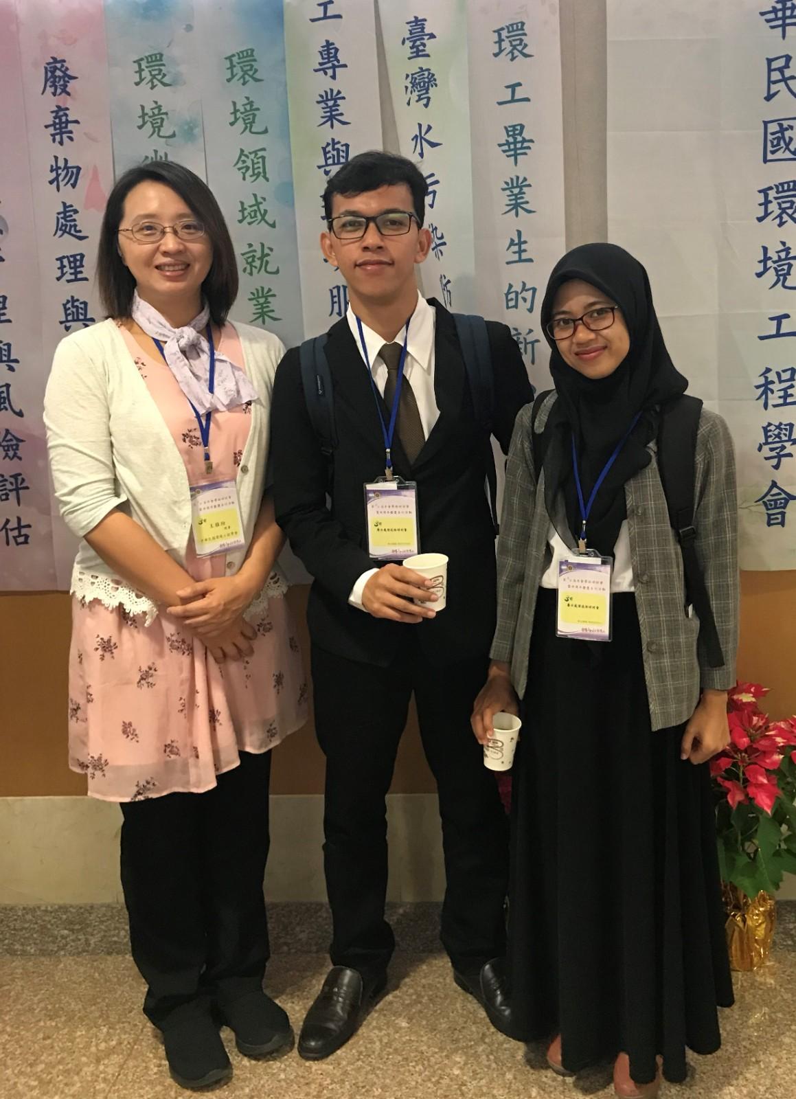 中原環工王雅玢老師帶印尼外籍生參與「環工年會」,使他們更了解台灣的環境政策。.jpg