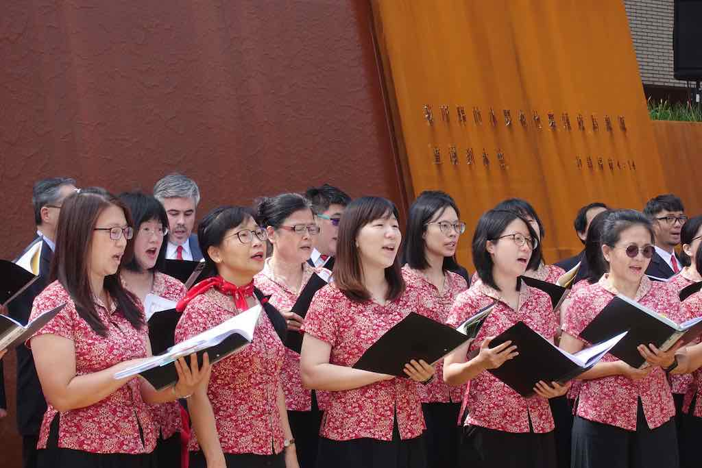 教職員詩班齊聲歌唱,頌讚上帝恩典.jpg