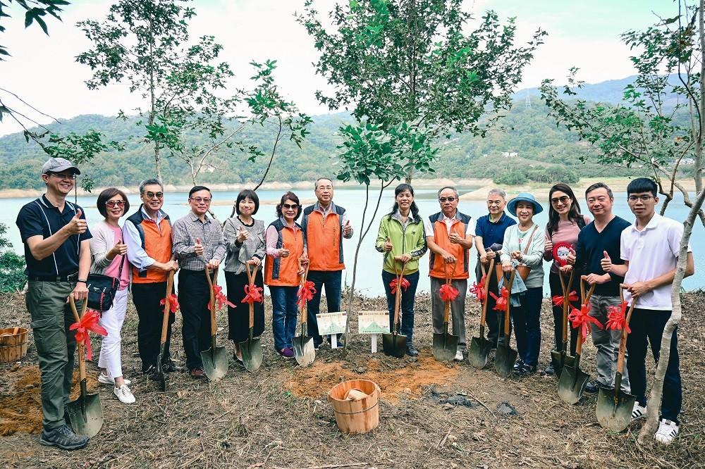 中原企管系學生創立的活源行銷團隊(右1)與林務局及企業在苗栗卓蘭進行「上山種下一顆樹」植樹造林活動.jpg