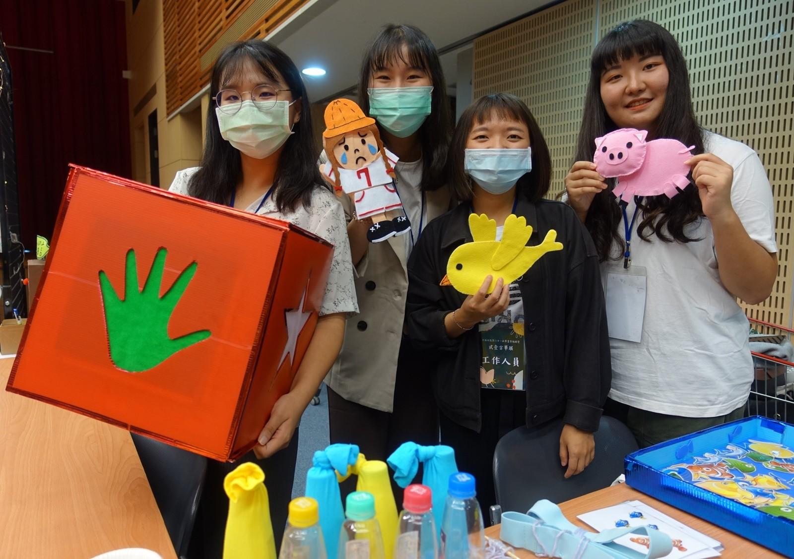 中原大學特教系畢業展,學生發揮創意與巧思,製作幼兒多感官教學教具。.jpg
