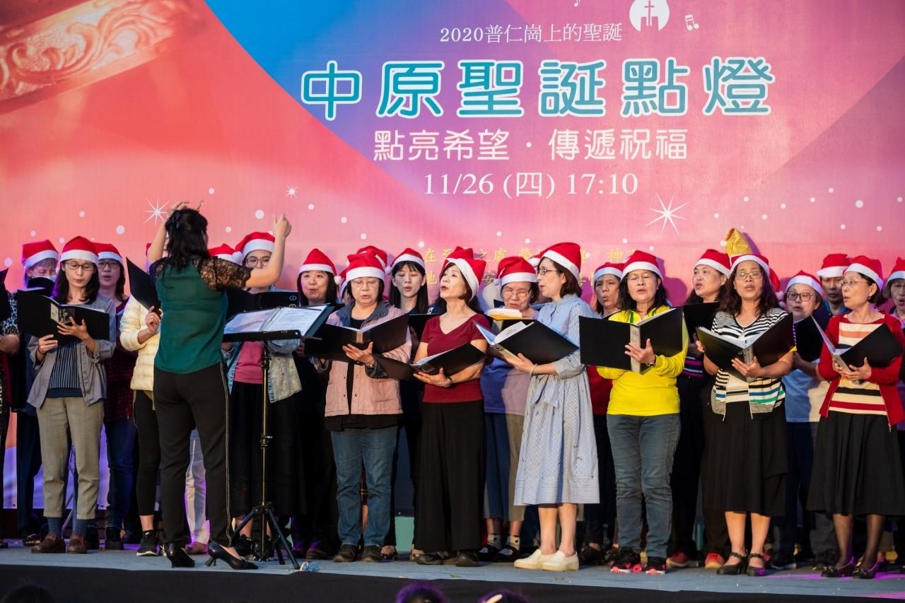 教職員詩班獻唱聖誕歌曲,傳遞祝福給現場觀眾.jpg