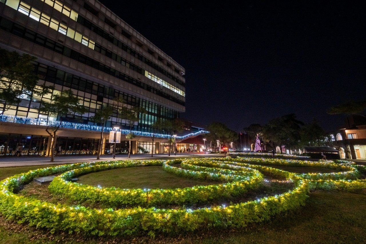 維澈樓前的草皮五環也裝上燈飾,更增添聖誕風情.jpg