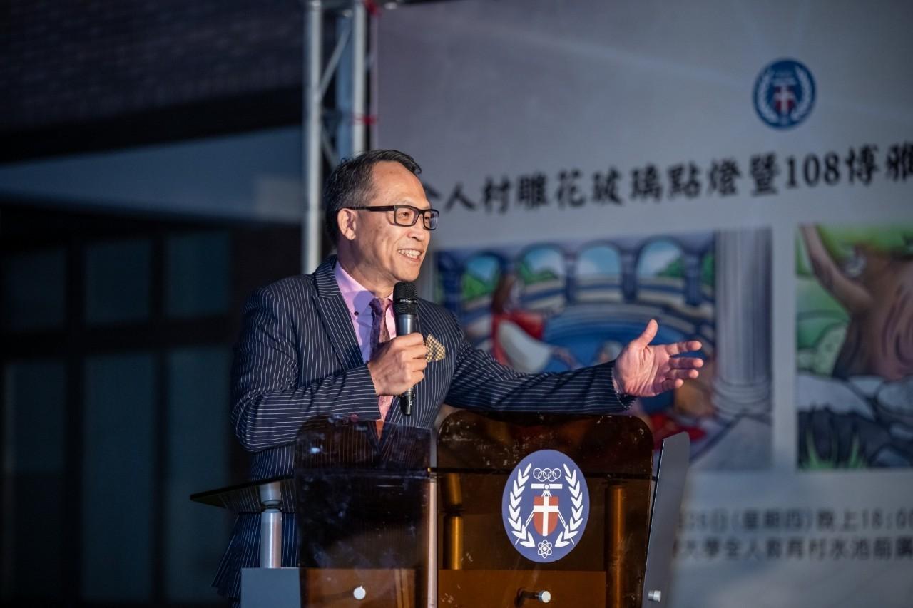 108級黃文生學長將特別的雕花技術用在全人教育村玻璃上,讓中原更加美輪美奐.jpg
