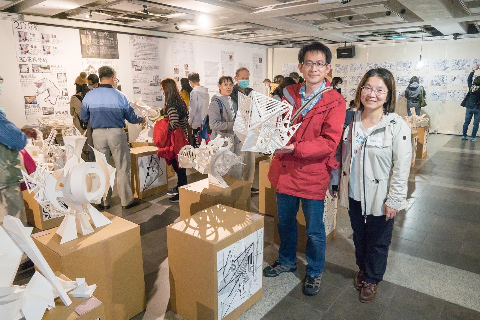 建築系大一新生家長參觀作品展,開心與子女的作品合影。(本照片由謝統勝老師拍攝及提供).jpg