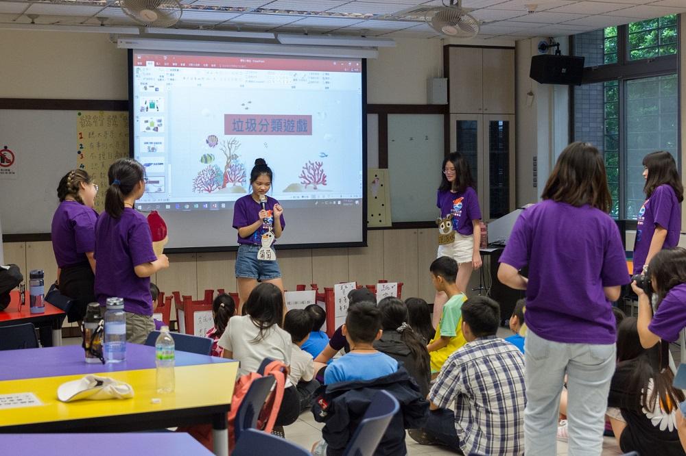 服務學習種籽團成員透過環保營隊帶領新住民二代兒童瞭解環保重要性.jpg