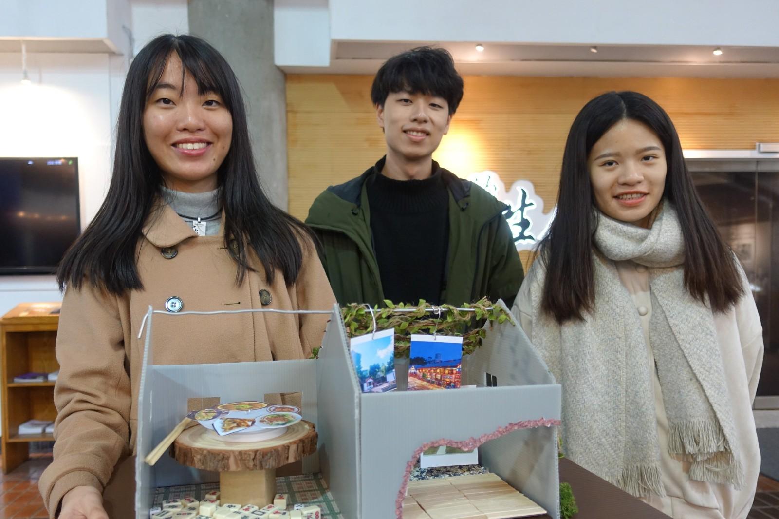 中原大學「桃園學」課程學生以大觀園的鳥居做為記憶載體,呈現眷村文化今昔對比。.jpg