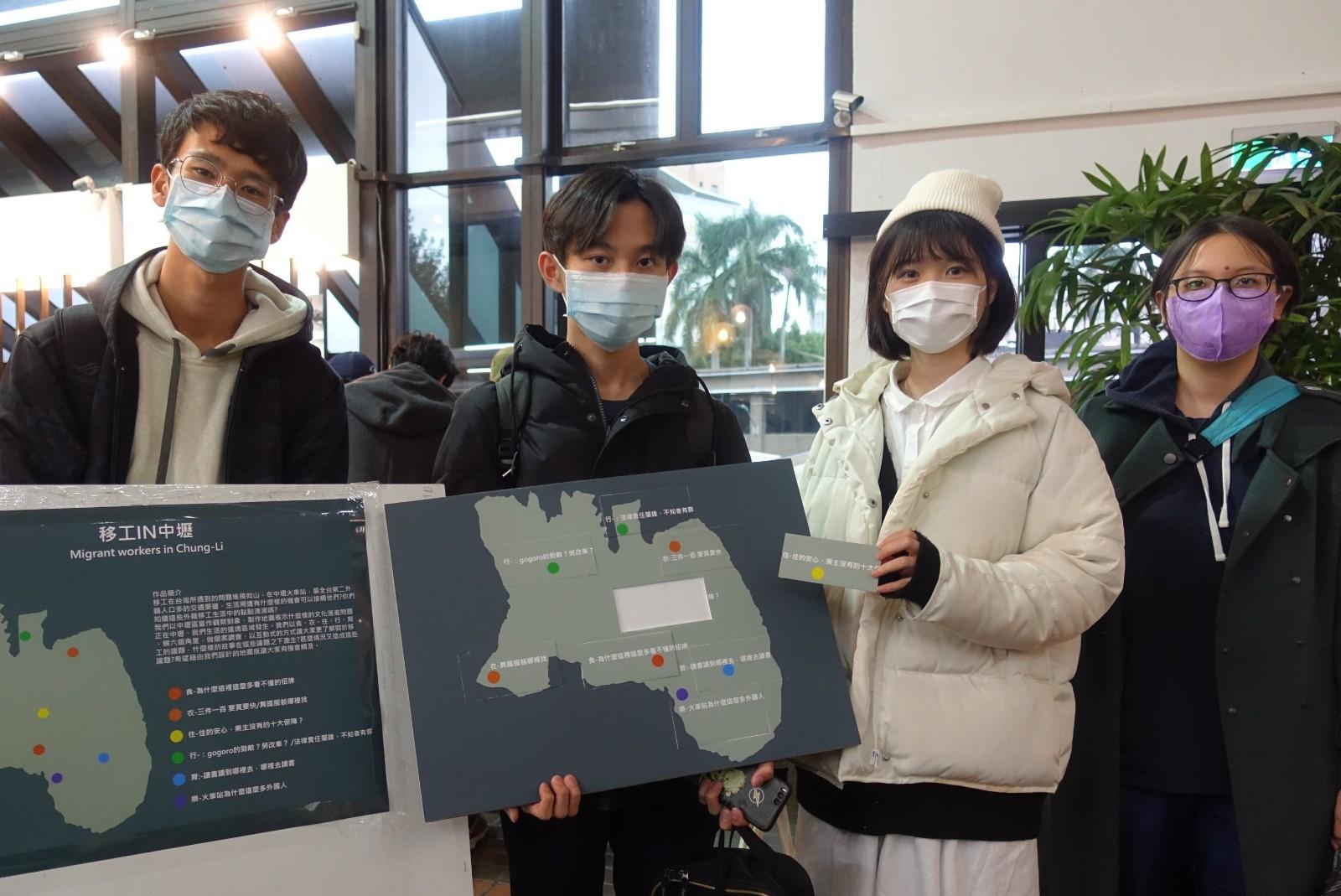 桃園學「移工IN中壢」組學生藉由地圖板之Q&A讓觀展者了解移工在台灣所遇到的問題。.jpg