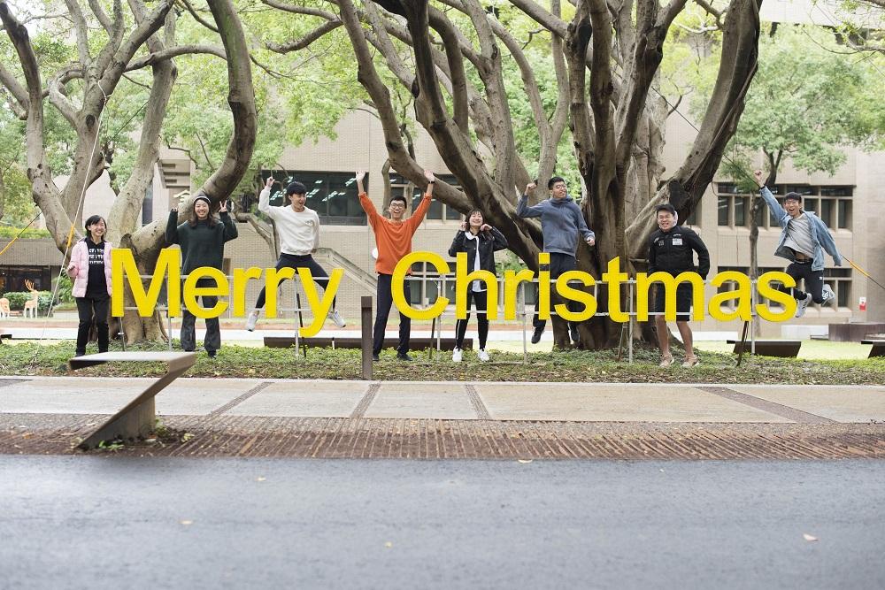 中原大學MERRY CHRISTMAS字燈是熱門打卡景點之一.jpg