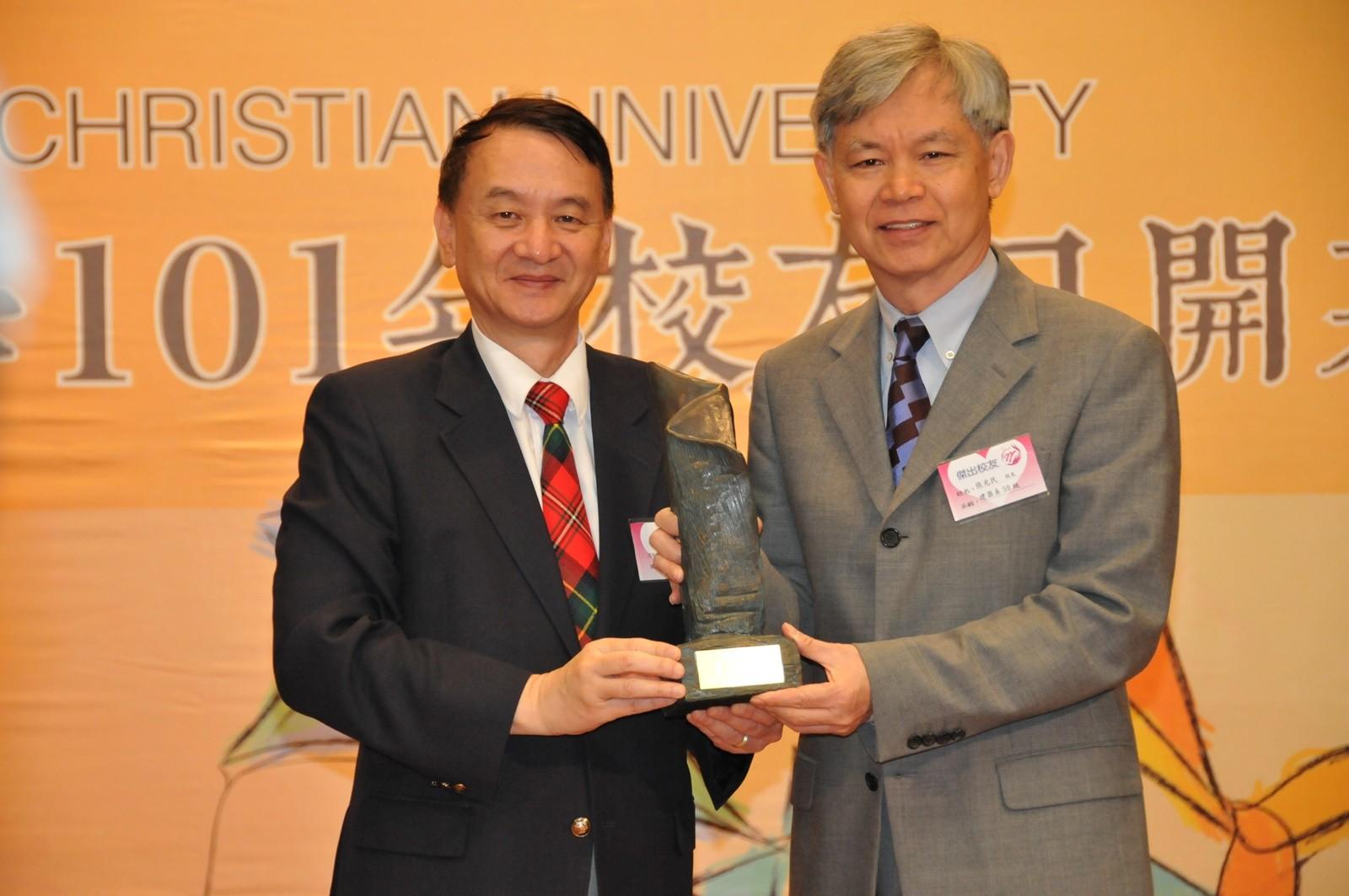 2012年張光民學長(右)榮獲「傑出校友」表揚,由張光正校長親自頒獎。.jpg