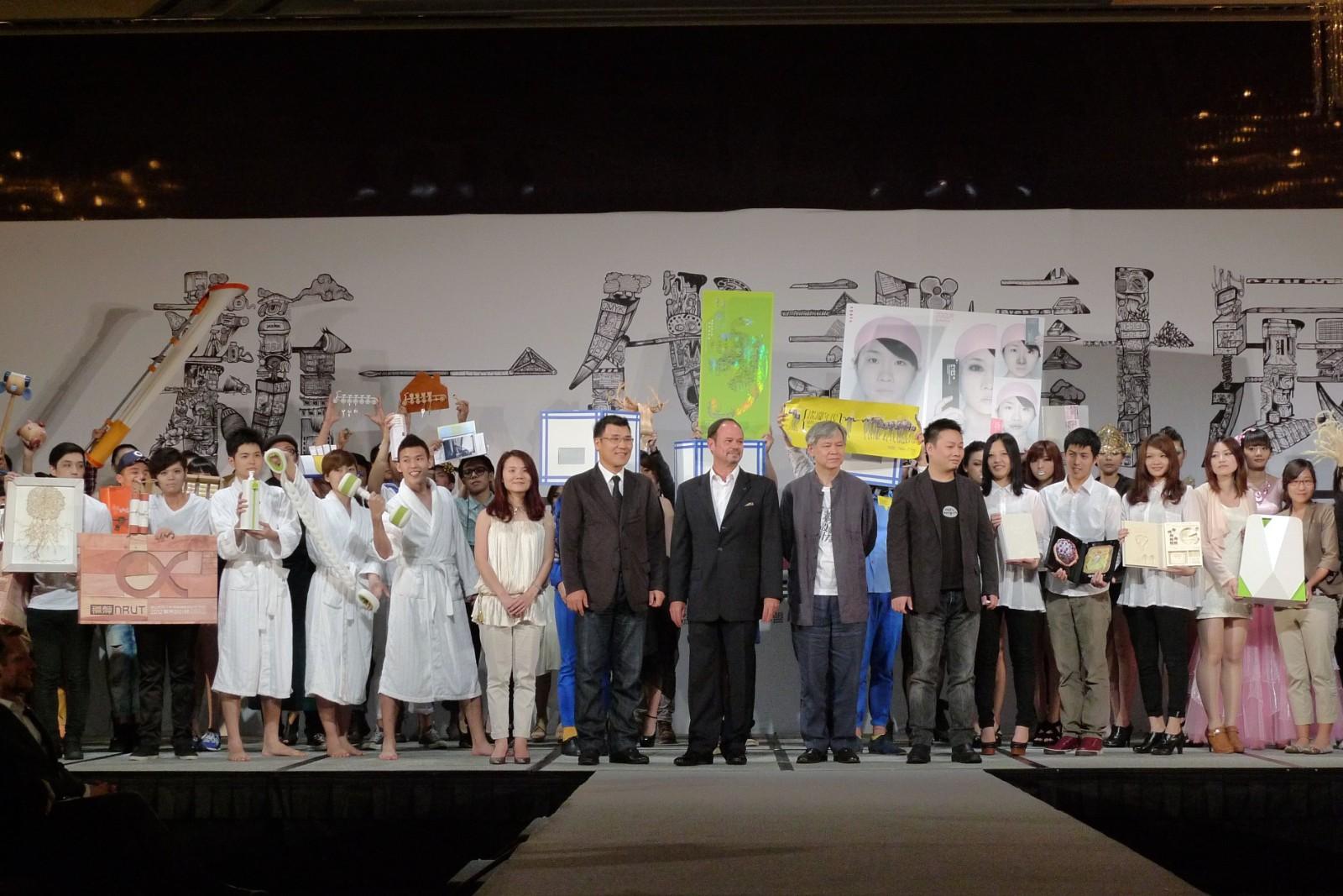 張光民學長(前排右二)關心設計教育之發展,每年均參與「新一代設計展」。.jpg