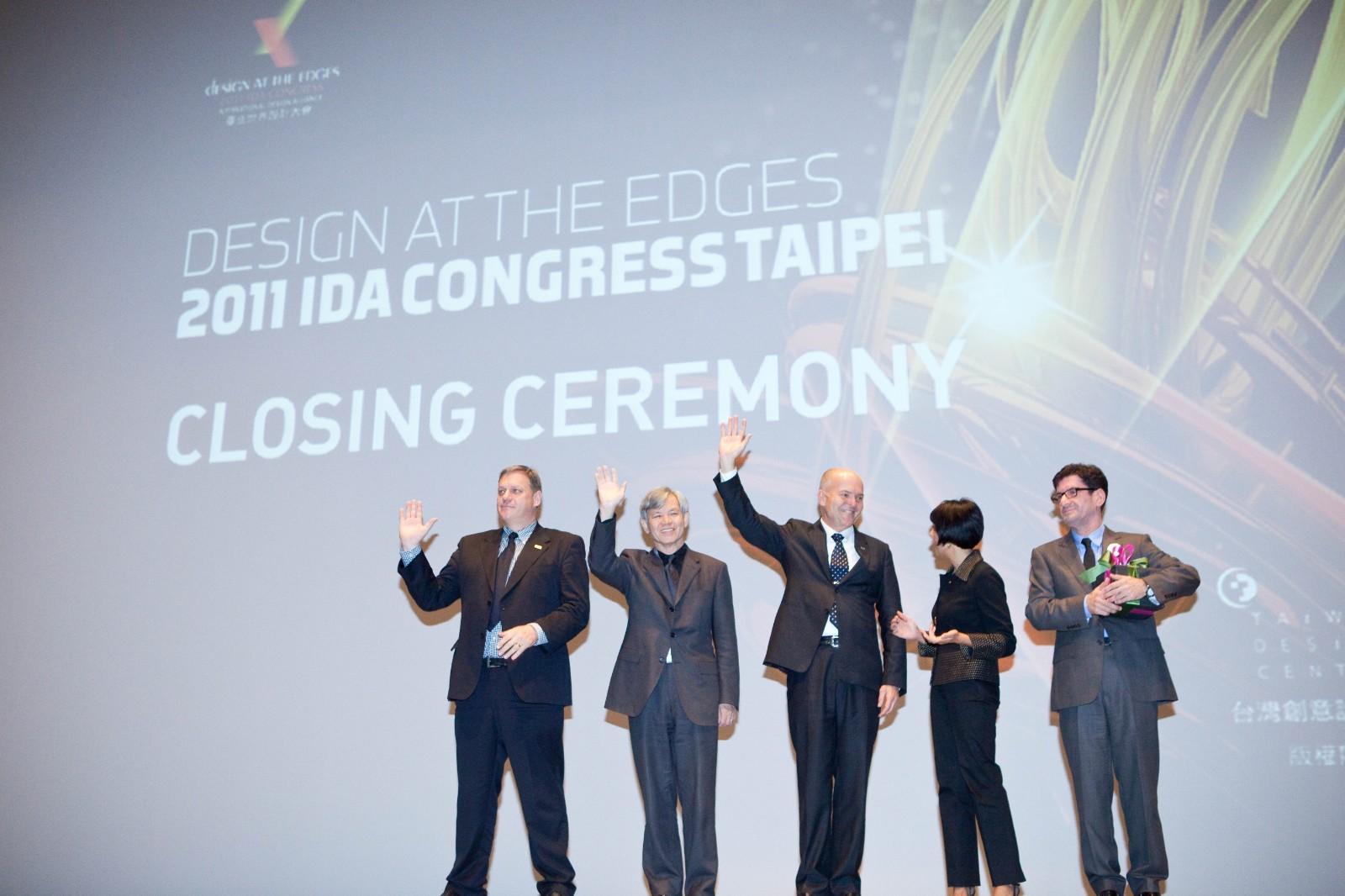 「如何讓台灣的設計讓世界看得到」是張光民學長(左二)心心念念的事情。2011世界設計大會被「國際設計聯盟」(IDA)譽為國際設計標竿典範。.jpg