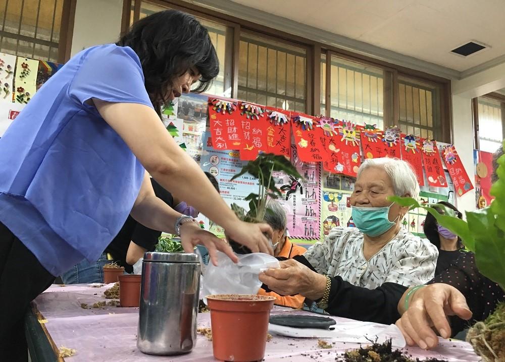 帶領苔球工作坊課程的中原景觀系許宜珮老師(左1)表示,阿公阿嬤一起動手做植栽可以達到銀髮族園藝治療目的.jpg