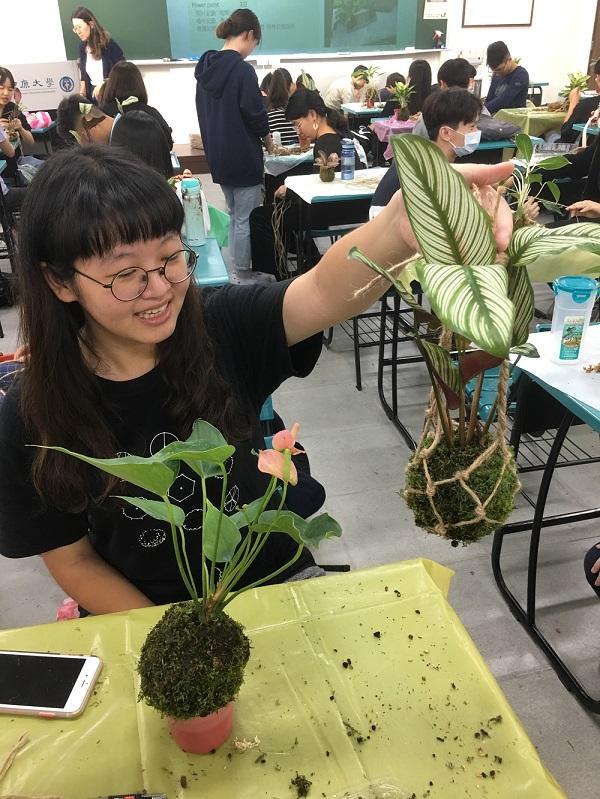 中原大學景觀的學生用心準備行前訓練,希望與長輩一起創作滿意的苔球作品.JPG