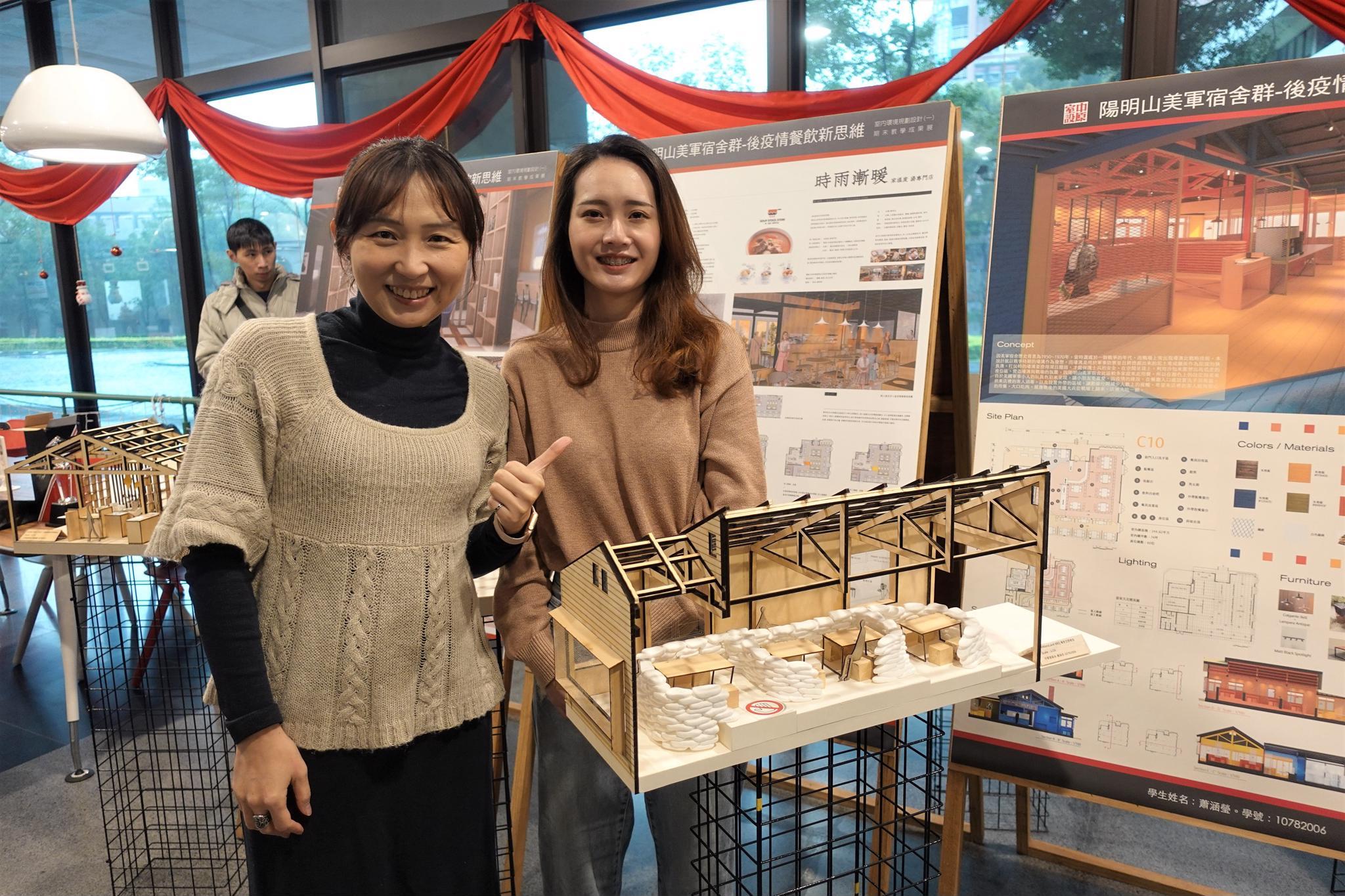 蕭涵瑩以美援麵粉袋營造戰場的意象設計美式BBQ餐飲空間。(左為謝淳鈺指導老師).jpg