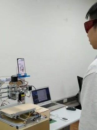 電機所學生參加「物聯網專題實務競賽」,不斷測試所研發之App人臉辨識功能。.jpg
