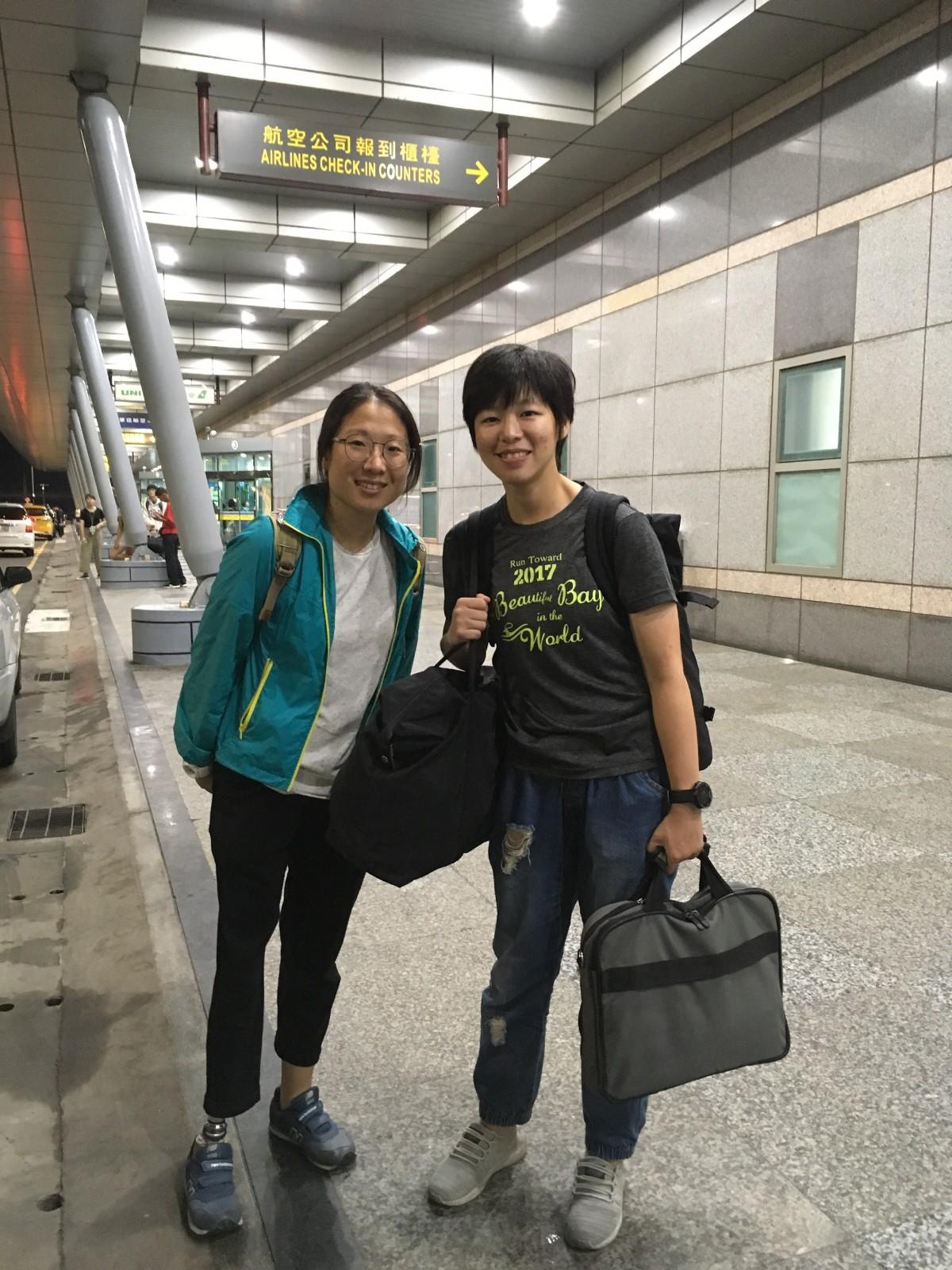 07中原心理系98級校友謝馥璟(右),與黃佩櫻在澎湖共事、也是好友。.jpg