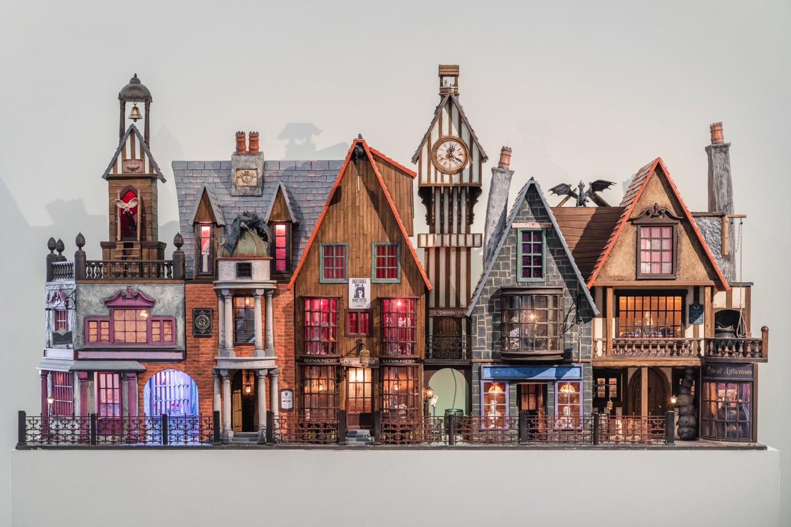 袖珍屋作品「哈利波特斜角巷」耗時九個月打造,呈現魔法世界六棟特色商店.jpg