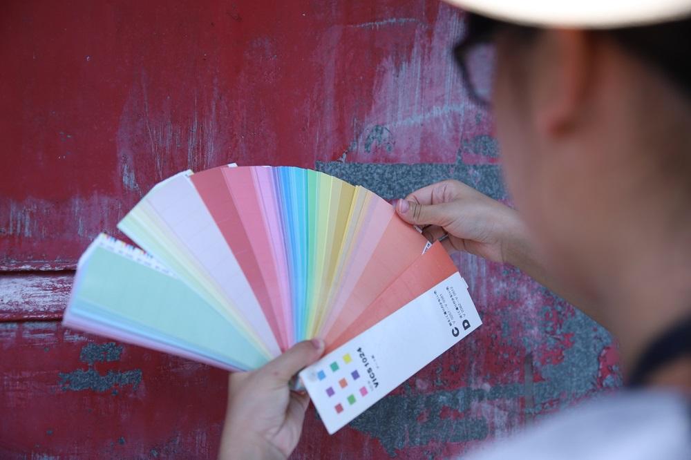 中原大學景觀系與商設系學生,在全台十處眷村現場進行色票比對.jpg