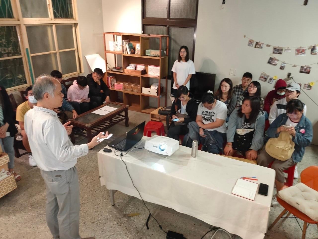 中原大學室設系黃慶輝老師引導學生如何繪製施工圖.jpg